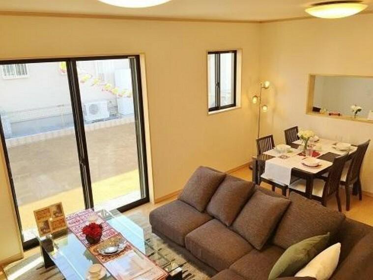 B号棟:リビング(同仕様施工例)・・・16帖のLDKは家具を置いても広々とした空間になります。