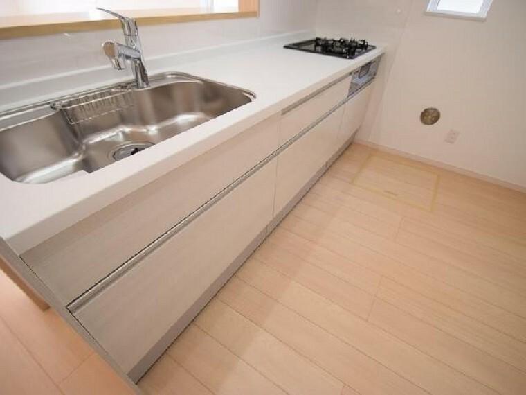 B号棟:キッチン(同仕様施工例)・・・キッチンは3口コンロのシステムキッチン。対面式になっているのでご家族との会話を楽しみながら料理を作ることができます。