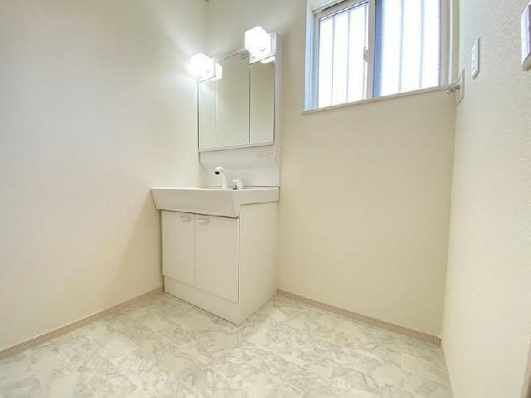 B号棟:洗面(同仕様施工例)・・・三面鏡の裏はすべて収納になっていて歯ブラシや化粧品などすっきり収納出来ます。