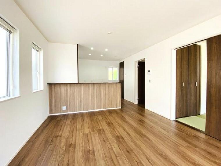 C号棟 リビング~完成しました~・・・家族で団らんできる広々リビングです。お好みの家具を配置して世界に一つだけのマイホームになりますね。