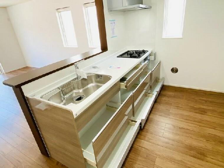 C号棟 キッチン~完成しました~・・・対面式キッチンです!広い作業スペースは、料理の効率もアップします!