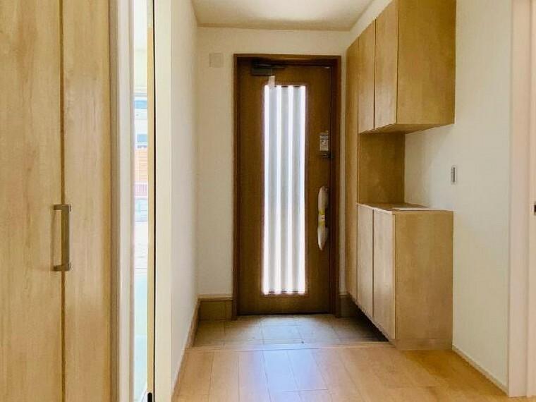 D号棟 玄関~内覧できます~・・・コの字型玄関収納があり、およそ家族全員の靴がおさまる40~50スペースを確保しております。