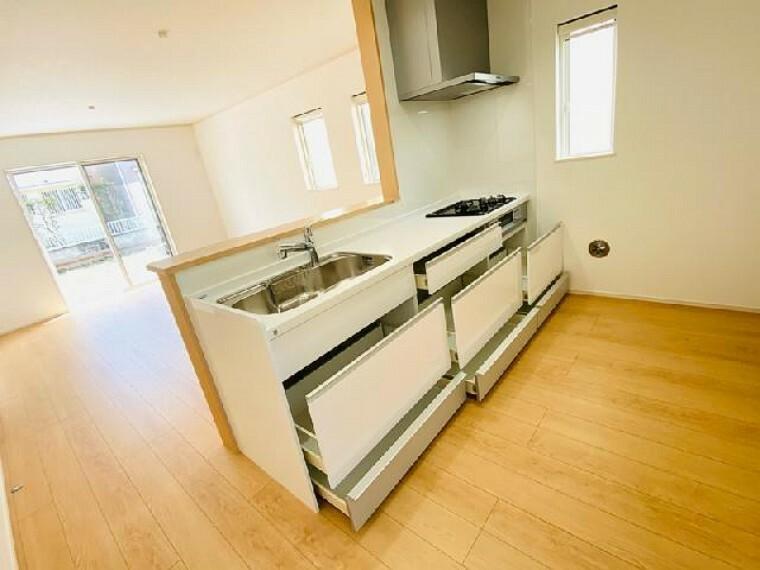 D号棟 キッチン~内覧できます~・・・対面式システムキッチンです。ワークトップも広く調理器具や食器も収納しやすい仕様です。