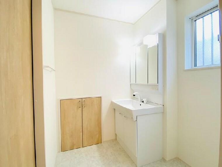 D号棟 洗面室~内覧できます~・・・洗面室は階段下収納スペースがあり、タオルやパジャマなどを置いてスッキリきれいに使えます。