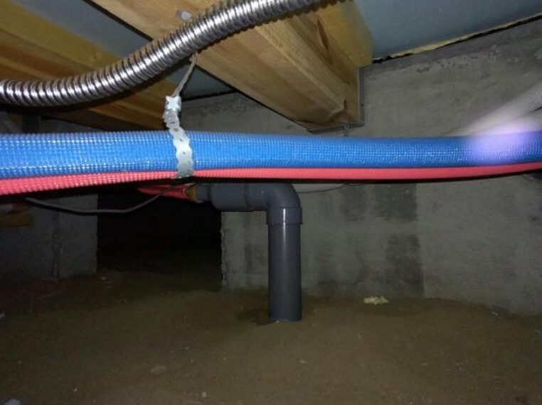 構造・工法・仕様 【床下】リフォーム時に床下まで確認し、湿気によるカビや躯体腐食を防ぐための調湿剤を敷きました。害虫抑制や脱臭効果もあります。長くお住まい頂くために、建物に合わせた工事を行うことが当社のこだわりです。
