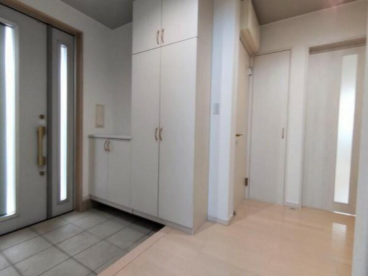 玄関 【リフォーム後玄関ホール】タイル美装、照明交換、クロス貼替を行いました。シューズクロークもあり、収納豊富な広々した玄関です。