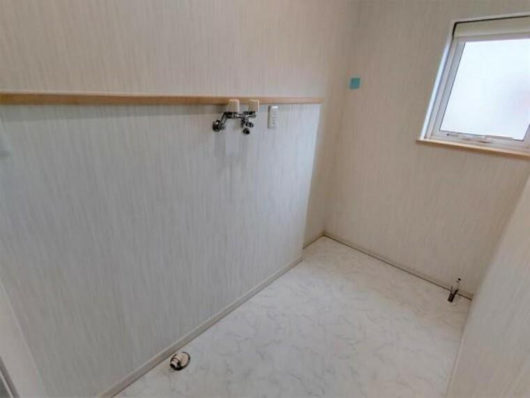 洗面化粧台 【リフォーム後洗面室】こちらは、洗濯スペースとなっております。クッションフロア貼替、照明交換を行いました。