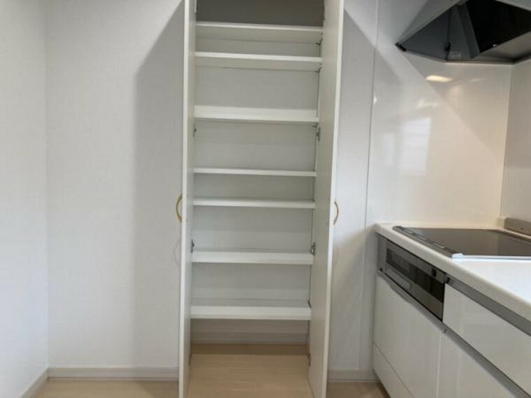 収納 【リフォーム後キッチン、収納】キッチンの収納です。キッチンに収納があると、買いだめした調味料やお菓子、食材、食器等を収納しておくことができますね。カップボードを置かなくて良い分よりキッチンを広くお使い頂けます。