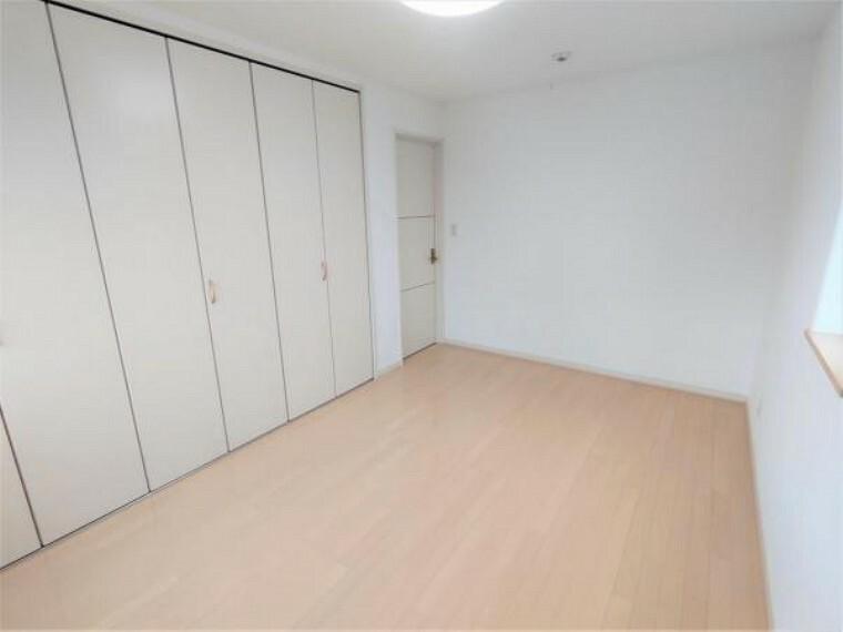 収納 【リフォーム後洋室B】6.8帖の洋室です。クロスの貼替、照明交換、床のワックスがけを行いました。こちらも収納力豊富なクローゼットがあります。お子様のお部屋にいかがでしょうか。