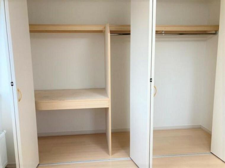 収納 【リフォーム後洋室B収納】洋室Bのクローゼットです。向かって左側には衣装ケースや、段ボールを。向かって右側には、衣類をハンガーで収納しておくことができるタイプのクローゼットです。