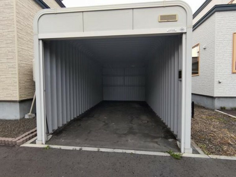 駐車場 【車庫】クリーニングを行いました。車庫があると、車が雨や雪にさらされる心配がないだけでなく、冬の自転車の管理、タイヤの管理もできますね。