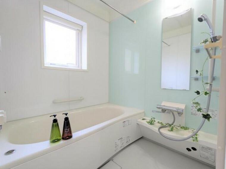 浴室 【リフォーム後浴室】水栓金具交換とプロのクリーニングを行いました。窓がある浴室です。広々とした浴槽で、足を伸ばしてゆったりと湯船に浸かることができます。