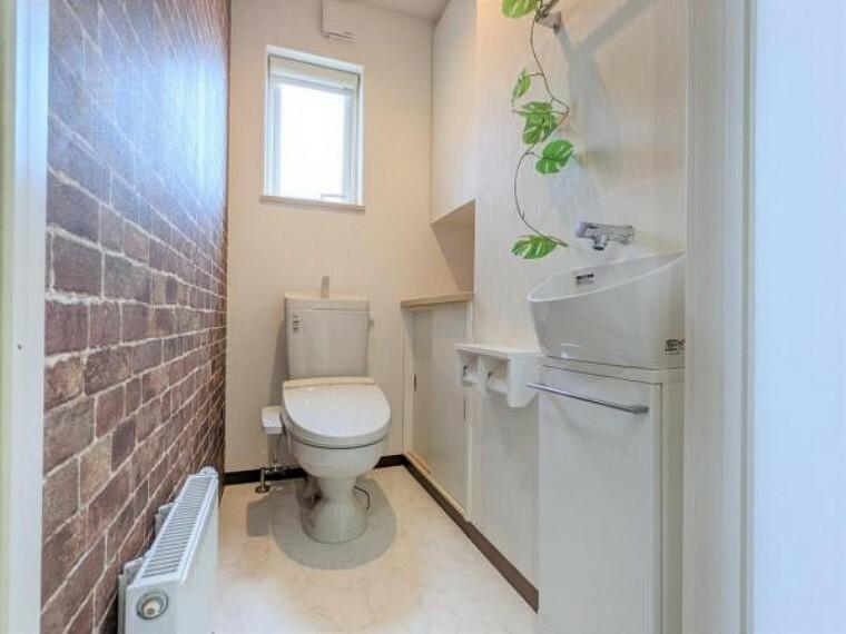 トイレ 【リフォーム後トイレ】便器便座交換、床クッションフロア張替え、照明交換、紙巻・タオル掛け交換致しました。トイレはやはり新品が良いですね。