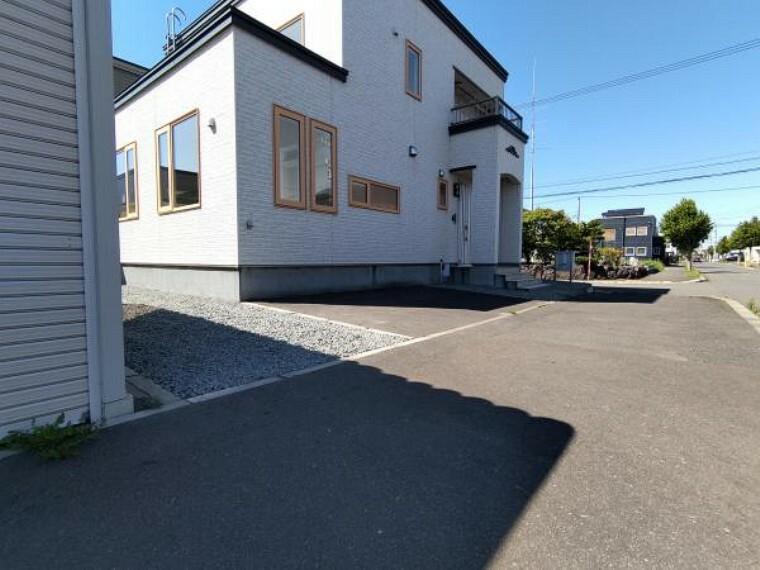 駐車場 【玄関前駐車スペース】奥行約2.5m、幅約6mです。普通車1台駐車可能です。