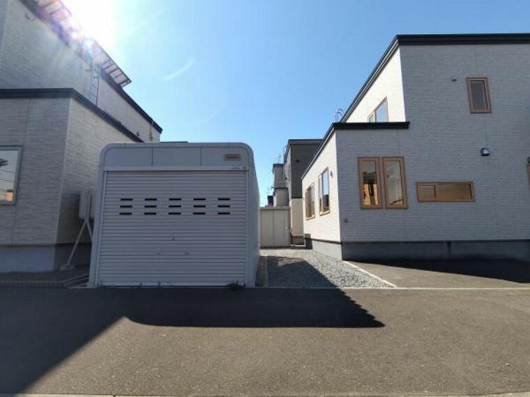 駐車場 【駐車スペース】車庫に1台、車庫横に縦列2台(車種による)可能です。