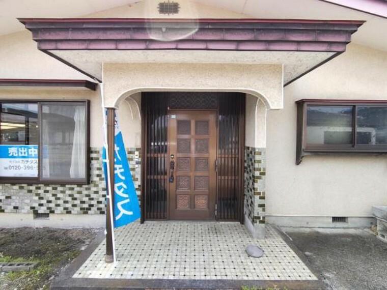玄関 【リフォーム前写真】お家の顔ともいえる玄関は、ドア交換、玄関タイル張替え、照明器具交換を行います。録画機能付きのモニターフォンを設置するので不在時にどなたが来られたのかチェックでき便利です。