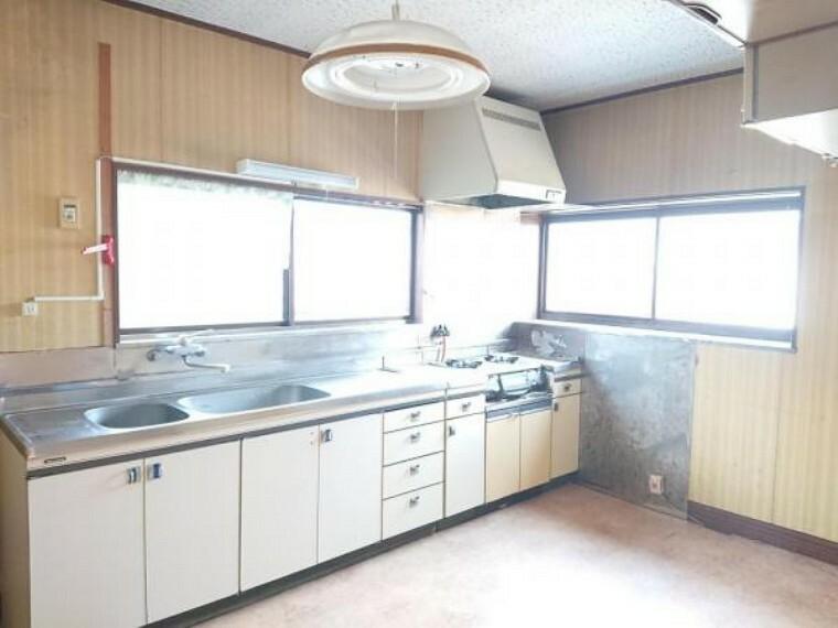キッチン 【リフォーム前写真】キッチンは永大産業製の新品に交換します。天板は人工大理石製なので、熱に強く傷つきにくいため毎日のお手入れが簡単です。
