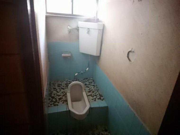 トイレ 【リフォーム中3/21撮影】トイレはTOTO製の温水洗浄機能付きに新品交換します。表面は凹凸がないため汚れが付きにくく、継ぎ目のない形状でお手入れが簡単です。節水機能付きなのでお財布にも優しいですね。