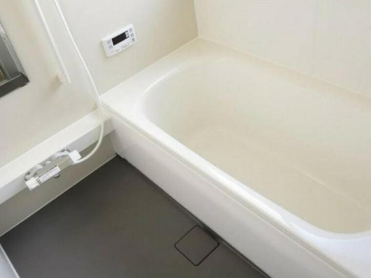 浴室 【同仕様写真】浴室はハウステック製の新品ユニットバスに交換。1坪サイズのユニットバスは広々した浴槽で、足を伸ばしてゆったり半身浴が楽しめます。