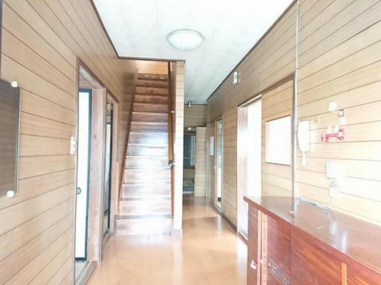 玄関 【リフォーム前写真】玄関ホール。玄関ホールは照明交換、タイル重ね張り、シューズボックス新設をします。お客様を迎え入れる大切な場所だからこそ、明るく清潔感のある空間に仕上げます。