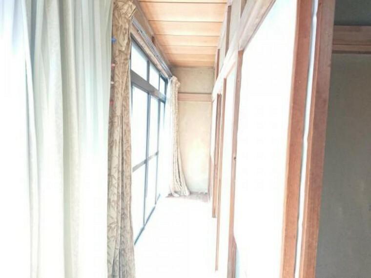 【リフォーム前写真】広縁写真。床重ね張り、クロス張替、照明交換を行います。各部屋のスペースになるので、一部屋が広く使えますね。