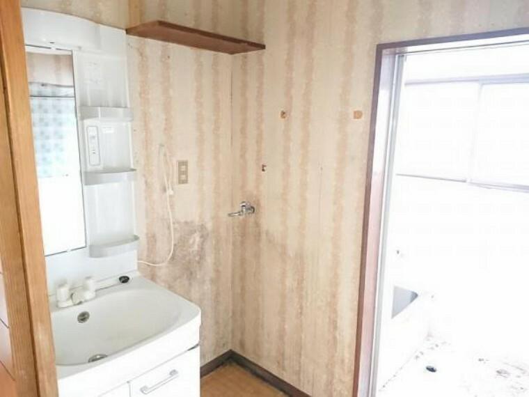 洗面化粧台 【リフォーム前写真】三面鏡付き洗面化粧台に新品交換しました。壁・天井クロスは張替、床はクッションフロア張替え予定です。清潔な空間で、朝の支度も気持ちよく出来そうですね。