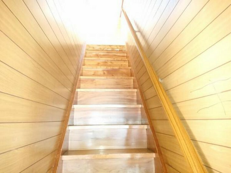 【リフォーム前写真】階段の踏板は床重ね張りを行い、壁・天井クロス張替え、照明器具交換を行います。小さなお子様やご年配の方でも安心して上り下りができるように、しっかりと握れる木製の手すりに交換します。