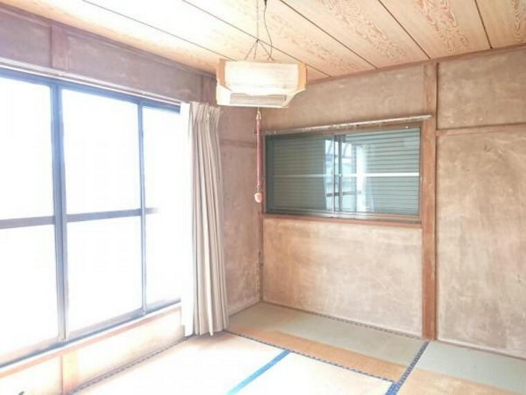 【リフォーム前写真】2階西側居室は、壁・天井クロス張替、床重張り、照明器具交換、建具交換を行います。各部屋には、2口コンセントTVモジュラージャックを設置するので、どの部屋でもお客様の都合に合わせてテレビ等ご視聴できます。小さな設備ですがあると便利。