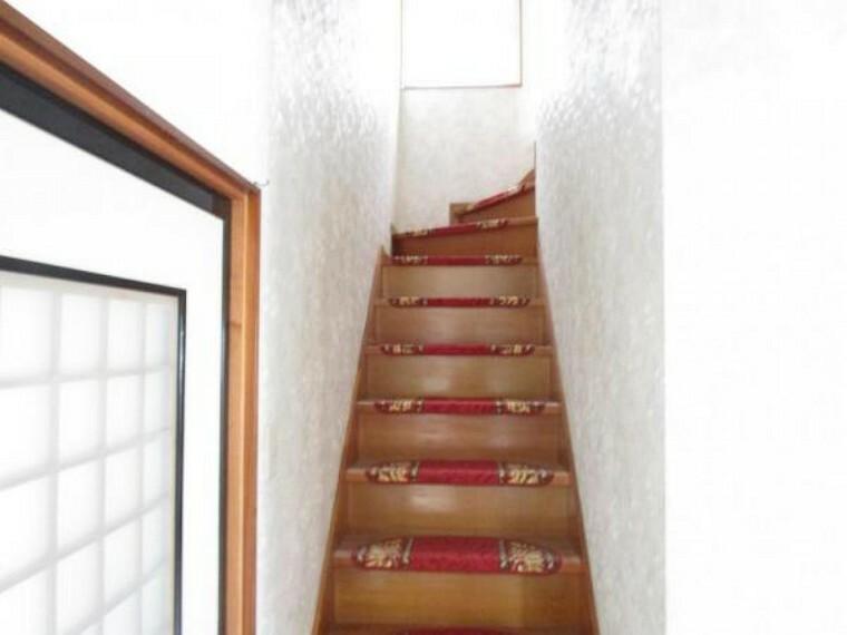 【リフォーム中】2階に続く階段です。床クリーニング・天井、壁クロス張替・照明器具交換。手すりがついていますので階段の上り下りの際はご活用下さい。クロスを張り替えることで暗くなりがちな階段スペースも明るい空間になりました。