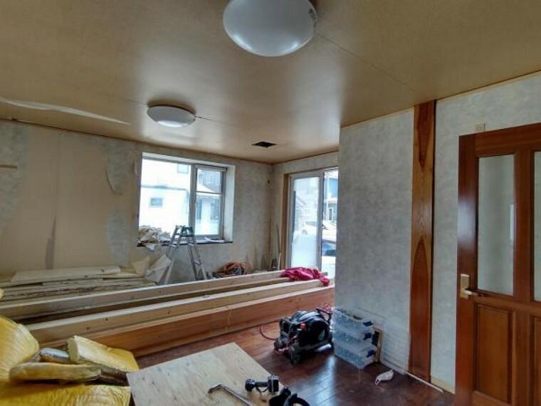 リビングダイニング 【リフォーム中】1階南東側13帖リビング。天井・壁のクロスを貼り替え、床はフローリングを張り替えます。新生活を機に家具を新調してお部屋の雰囲気を変えてみるのも良さそうですね。