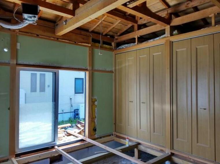 洋室 【リフォーム中】1階南西側8帖洋室。和室から洋室へと変更。天井・壁クロス張替、床フローリング張替予定。西向きの窓からはポカポカ陽光と心地よい風通しを確保。お天気のいい休日はお部屋の模様がえで気分転換をしてみるのも良さそうですね。