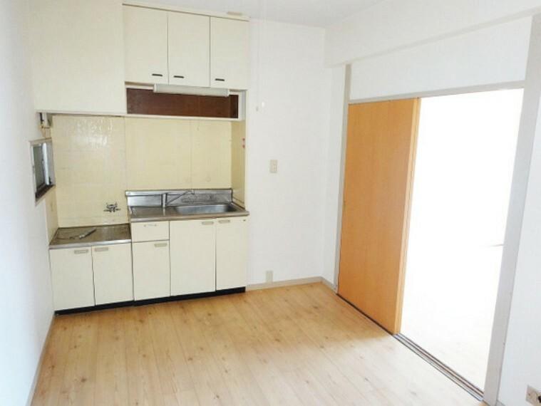 キッチン 【キッチン】ダイニングキッチンからそれぞれの居室へ行き来できる間取りです。