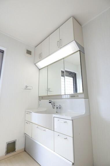 洗面化粧台 洗面台 収納豊富、シャワー付きで使いやすい面面台です。 もちろん、三面鏡です