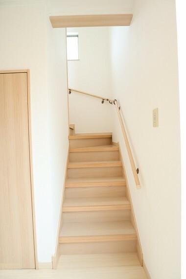 階段 手すりが付いているので、お年寄りや小さなお子様も安心ですね