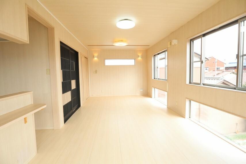居間・リビング リビング 長方形にとられたリビングダイニングスペースは家具の配置がしやすく、十分に広さを確保できています