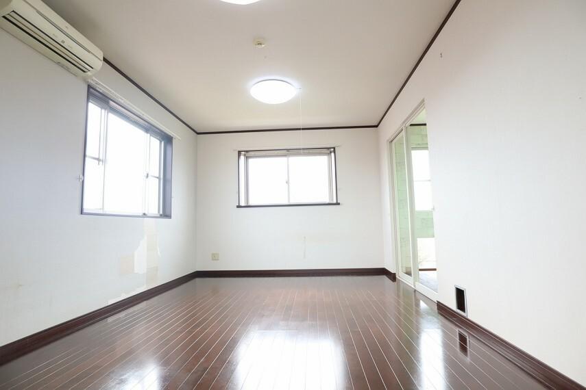 洋室 洋室 三階部分約8帖の洋室です  三面から光を採り入れられるあかるいお部屋 「