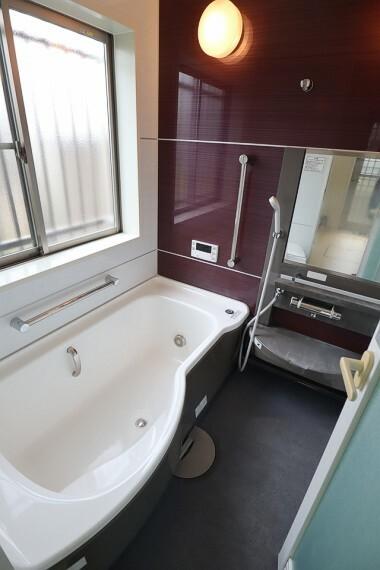 浴室 浴室 広々した浴槽で一日の疲れを癒せますね