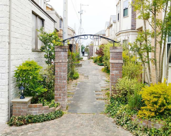 外観写真 シンボルツリー「ジューンベリー」が植えられた、サークルベンチのある緑道。