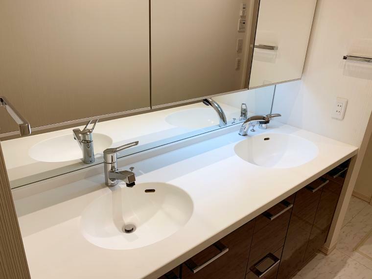 多面鏡の内側に収納スペースのある、ダブルボウル洗面化粧台。