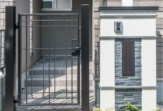 完成予想図(外観) 【全邸に門扉を採用。守られたエントランススペース】 全邸のエントランスアプローチに門扉を採用。門柱や門塀と調和したシックな門扉は、邸宅の風格を演出すると共に大切な暮らしのプライバシーを守ります。