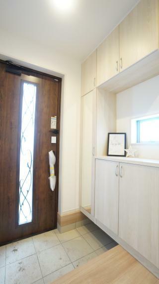 玄関 散らかりがちな玄関もスッキリの玄関収納付き!