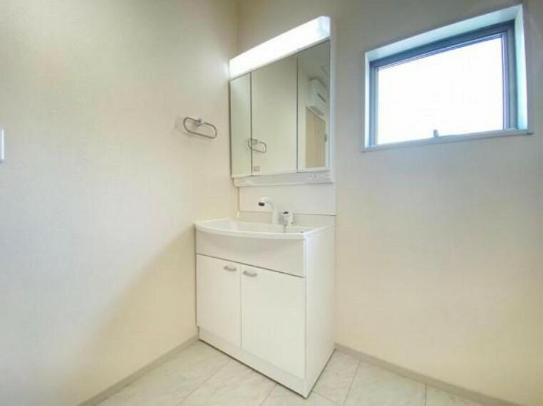 洗面化粧台 (洗面)三面鏡の裏にもたっぷり収納!ベースキャビネットも大容量で、スキンケア用品や掃除用品もスッキリ!