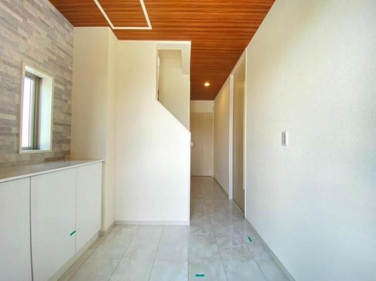 玄関 (玄関)石目調+木目調を合わせた今時なデザイン。来客者に羨ましがられそうですね