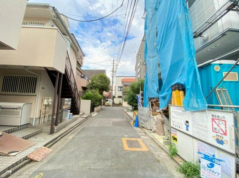 現況写真 お住まいの前を通るのはご近所さんだけの閑静な前面道路です。静かな住環境を叶えられます。