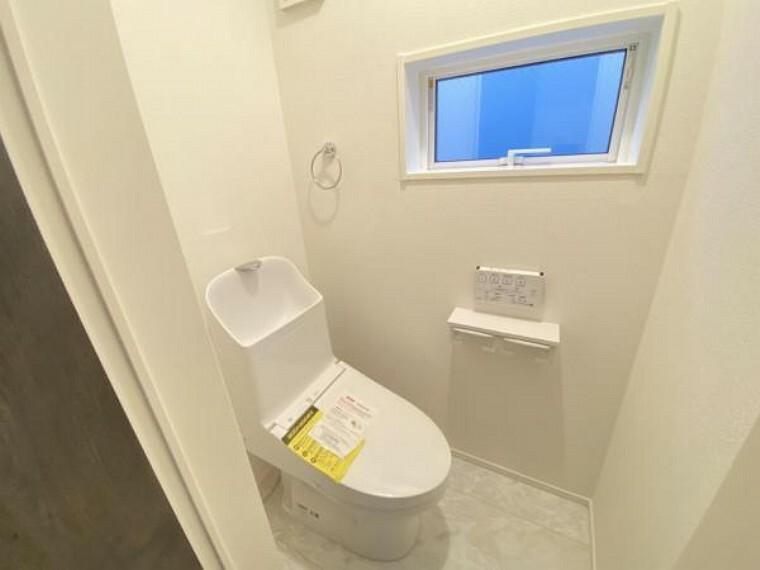 トイレ シンプルでシャープなフォルムは、そのデザイン性だけでなく汚れが拭きやすくお手入れ簡単です。