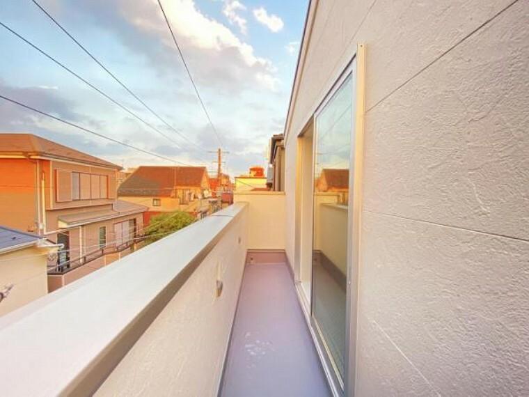 バルコニー 開放感のある眺望。陽光、風通しのよいワイドバルコニー。お洗濯物も乾かしやすいですね。