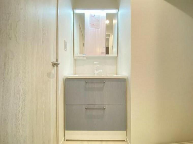洗面化粧台 一日の始まりと終わりは洗面化粧台から。清潔感と機能性を備えたパウダールームです。