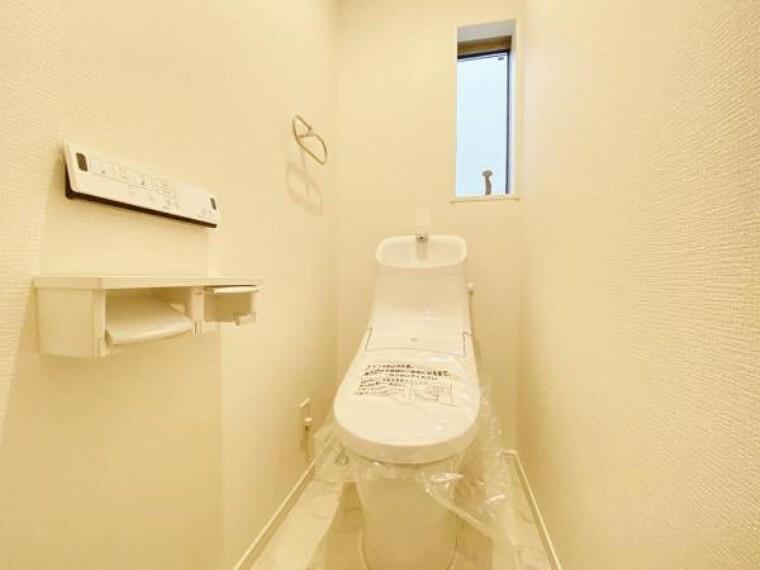 トイレ 白を基調としたウォシュレットトイレは清潔感あるプライベート空間を演出します。