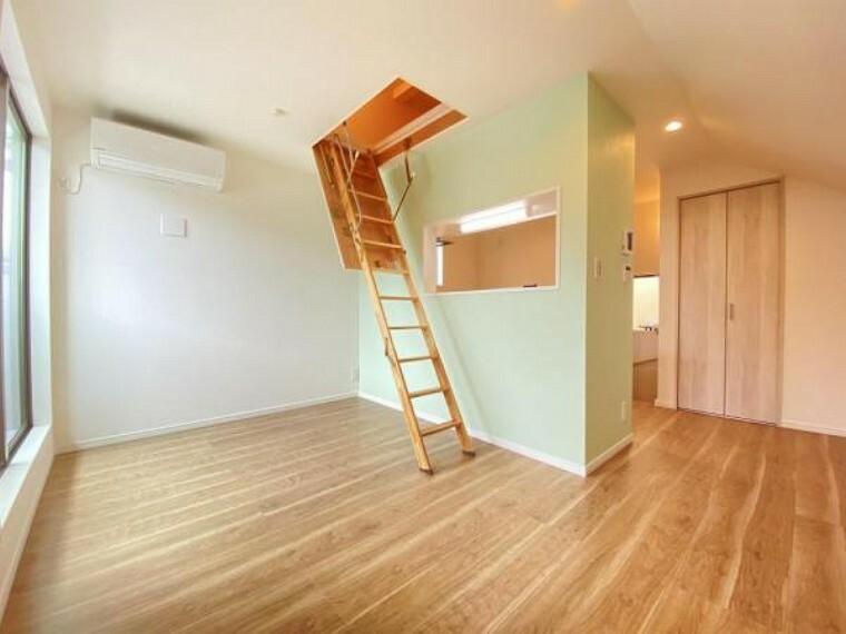 居間・リビング リビングの上部はロフトなので、普段使わないモノを収納できます。