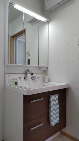 洗面化粧台 洗髪もできるように水栓の高さは調節可能。 小物の洗濯もできるように洗面台は広めになっています。